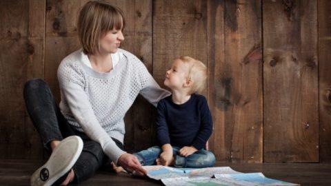 घर पर रहने वाली माँ (स्टे-ऐट-होम-मदर) को कम आंकने से पहले सोचें